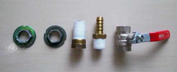 Peças para montagem da válvula extratora da panela cervejeira: flange, prolongador, espigão e válvula de esfera.